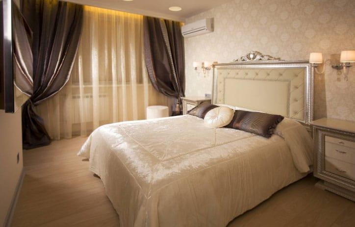 шикарная спальня со шторами