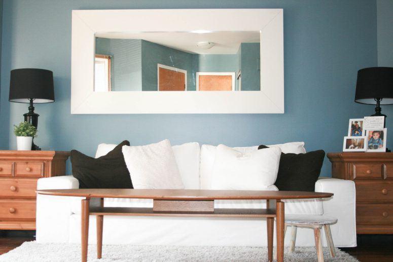 Белый диван в интерьере с аксессуарами черного цвета