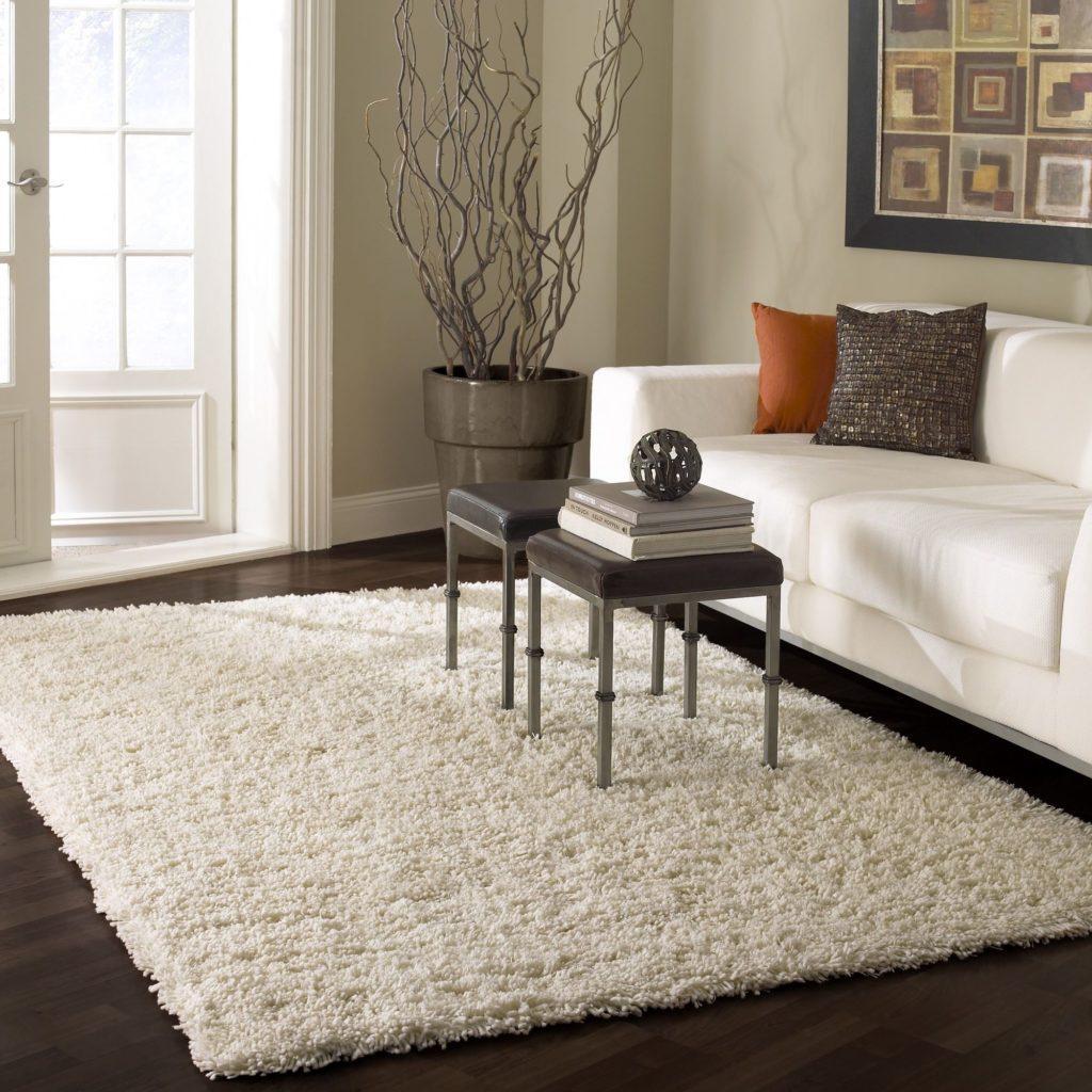 Сочетание белого дивана с коричневым цветом интерьера