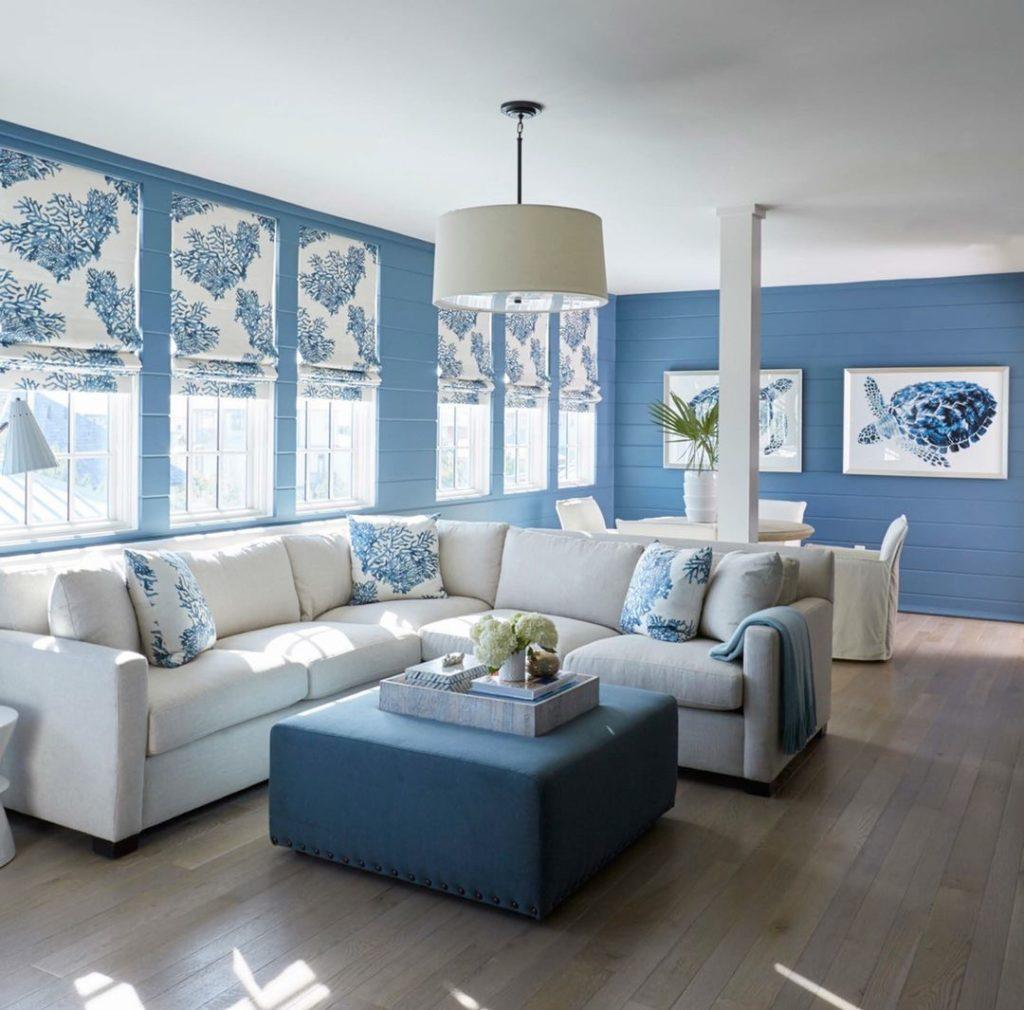 Белый диван в синем интерьере комнаты