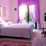Лекгие и тонкие фиолетовые шторы для детской