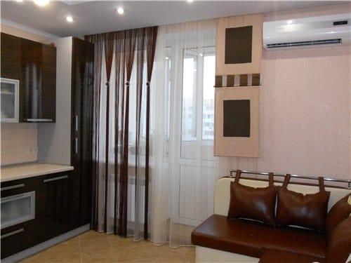 Там, где взгляды посторонних не мешают обитателям квартиры, лучше избегать тяжелых и плотных штор на кухонном окне