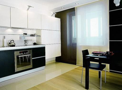 Благородная сдержанность черно-белых панельных штор удачно вписалась в этот стильный интерьер