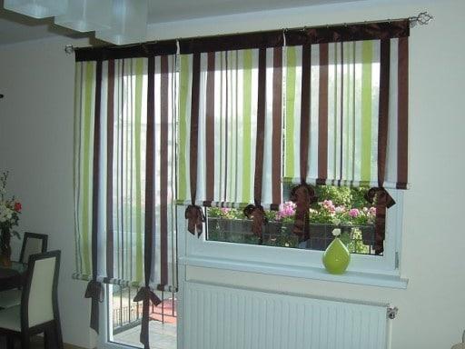 Оригинальная расцветка рулонных штор надежно защищает от солнечного света, пропуская его в кухню в ограниченном количестве
