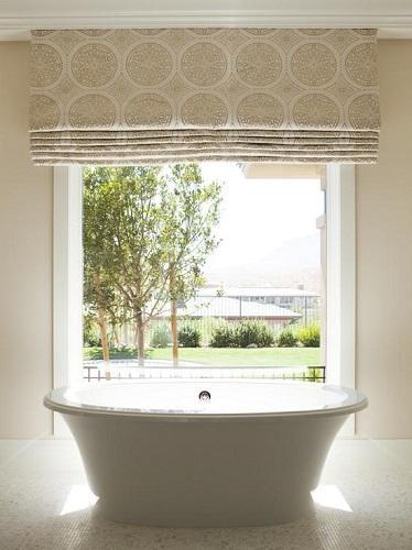 Шторы римского типа на окне в ванной