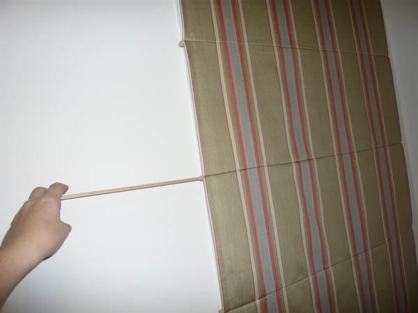 После того, как все шнуры протянуты в последнее ушко – штора практически готова к использованию, остается только ее повесить