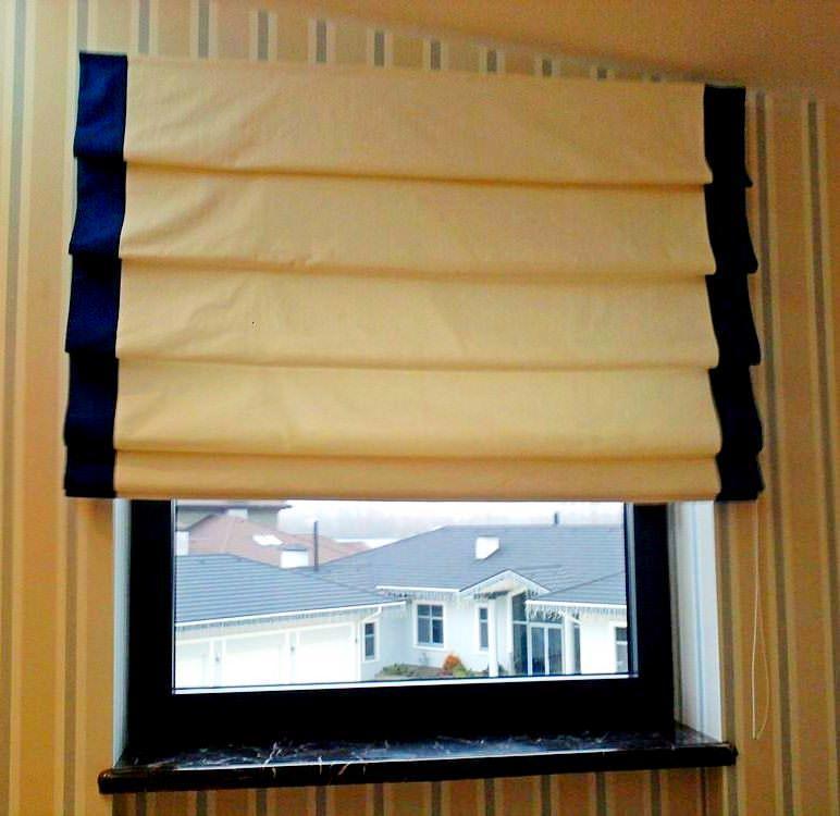 Если оконный проем имеет узкий подоконник, рекомендуется наружный способ кепления рмских штор