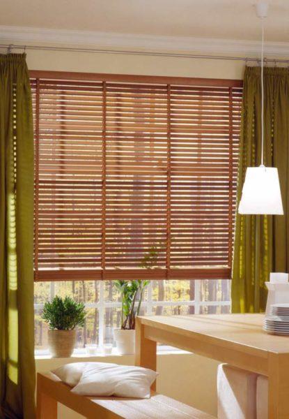 Бамбуковые жалюзи создают роскошный эффект рассеянного света