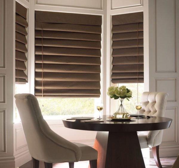 С римскими шторами комната не только останется прохладной, но и приобретет более стильный вид