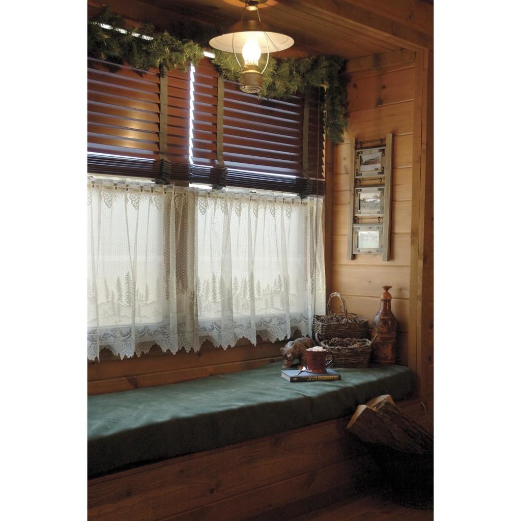 Маленькое окно в кантри стиле оформлено ажурными занавесками кафе