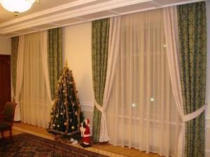 тройные шторы в интерьере гостиной
