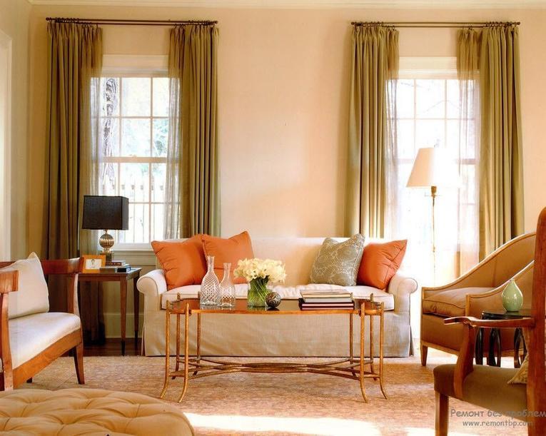 Зеленые шторы и персиковые обои в интерьере гостиной