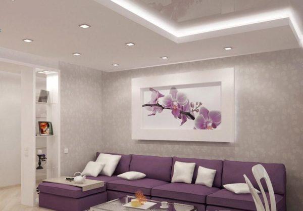 Картина с орхидеей над сиреневым диваном