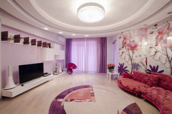 Большой сиреневый диван в зале