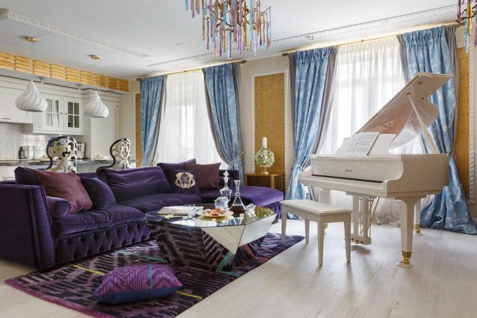фиолетовый диван в интерьере в стиле фьюжн