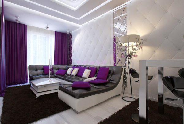 Большой диван с сиреневыми подушками