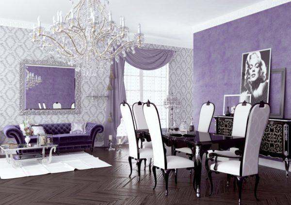 Белые стулья в сиреневой гостиной
