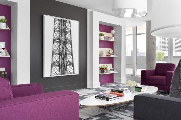 Фиолетовая мебель, белый журнальный столик