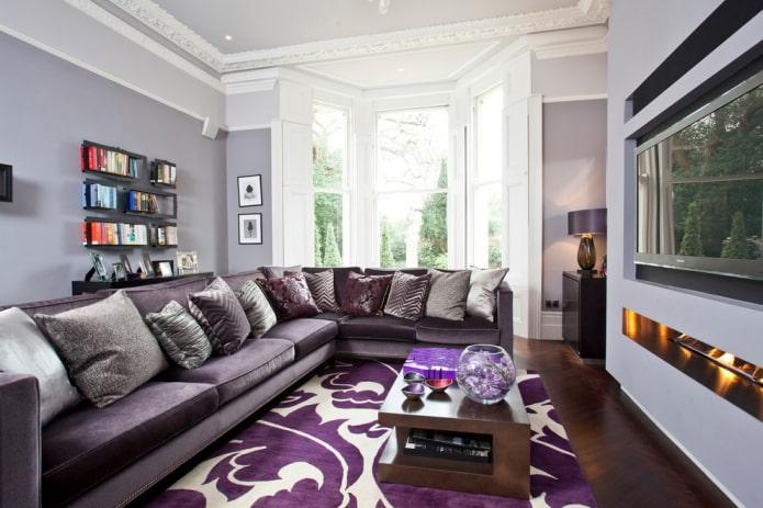современная гостиная с фиолетовым диваном