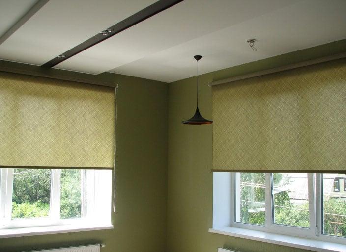 Тканевые зеленые ролеты на окна