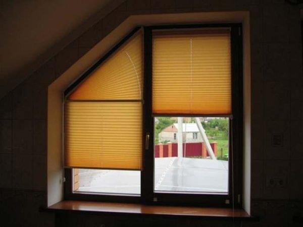 На фото: плиссе можно установить на окна любой формы, и в этом их огромное преимущество