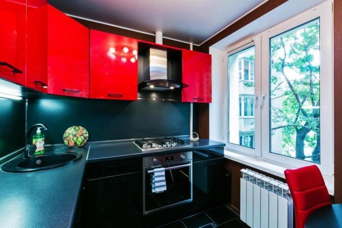Красно-черная кухня в хрущевке