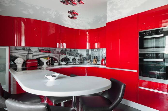 Красная кухня с белыми и черными деталями