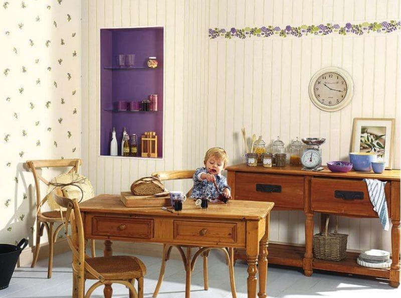 Ниша в стене и аксессуары фиолетового цвета в интерьере кухни в стиле кантри