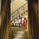 Массивные шторы в готическом стиле