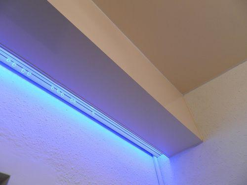 Светодиоды могут располагаться и в нише для крепления штор