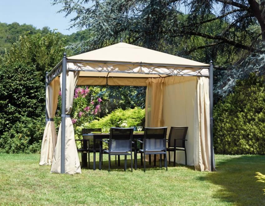 Плотные занавески для летней беседки способны защитить отдыхающих от насекомых и порывов ветра