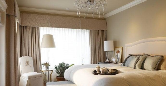комната со шторами одного тона