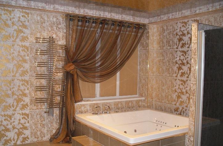 коричневые шторы в ванной