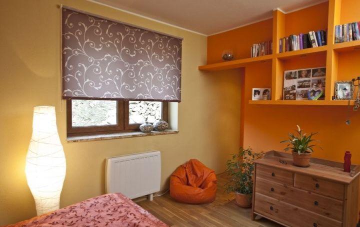 рулонные шторы в комнате