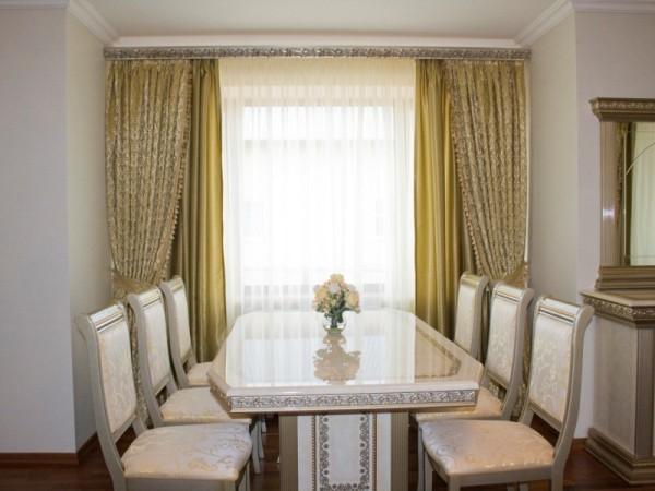 Декорированное багетом окно идеально вписывается в общий интерьер