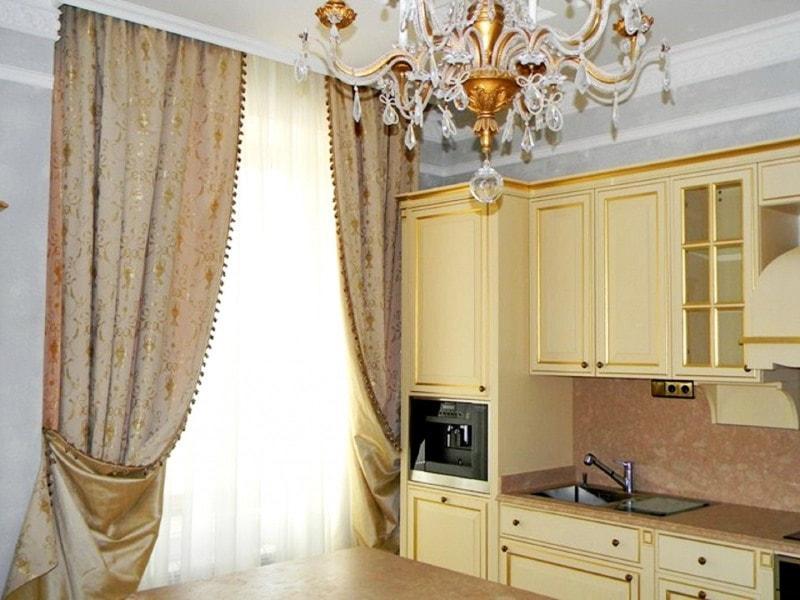 комбинированные шторы из атласа на кухне