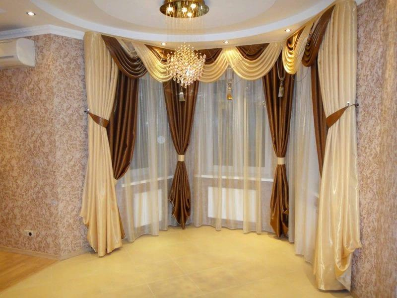 атласные шторы в интерьере зала с эркерными окнами