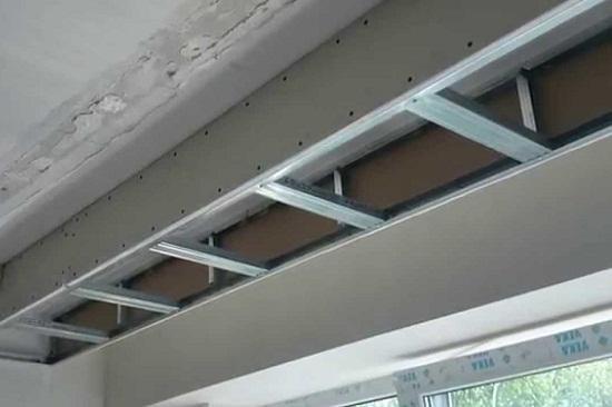 Облицовку короба, который формирует нишу для штор начинают с вертикальных стенок. Часто ширины ниши для шторы в 20 -30 см недостаточно для монтажа гипсокартона. В этом случае поступают следующим образом. Стенку короба со стороны ниши полностью собирают на полу и готовую закрепляют к потолку. После чего собирают оставшуюся часть короба и зашивают ее гипсокартоном.