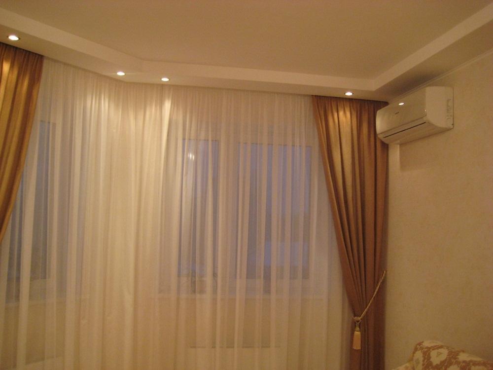 Ниша для штор образованная прямоугольным коробом из гипсокартона с точечной подсветкой.
