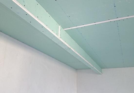 Получается изящный короб небольших размеров. Несмотря на небольшой размер короба в его полости достаточно места для установки электрооборудования, предназначенного для подсветки шторы. Однако установить еще какое-либо осветительное оборудование в такой короб не получится.