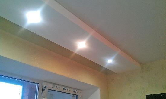 Ниша для шторы образуется если вдоль окна на потолке установить короб из гипсокартона. Расстояние между коробом и стеной обычно 20-30 см. Этого достаточно для штор. Часто короб делают шириной 30 – 50 см и толщиной 7-10 см. В короб удобно установить точечные светильники. Такой короб можно пустить по периметру всего помещения. Таким образом получится не только ниша для штор, но и потолочный короб с декоративной подсветкой.