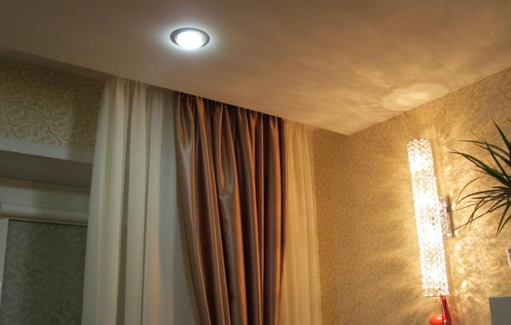 Ниша для штор выполненная в виде углубления в подвесном потолке из гипсокартона.