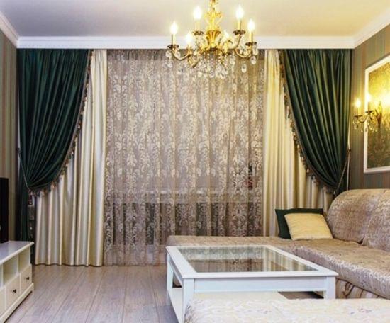 Гостиная с двухцветными шторами