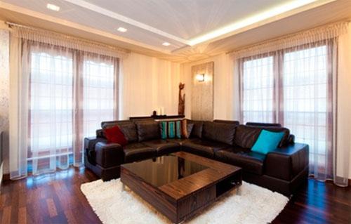 В тускло освещенной, маленькой комнате лучше оставить светлые цвета для штор