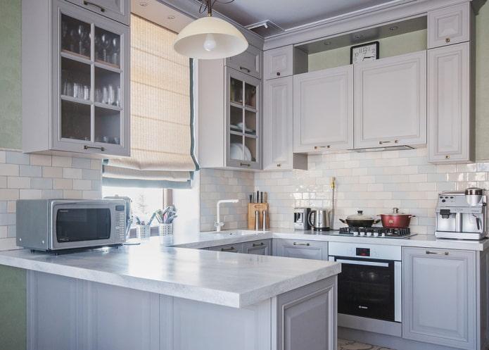 шкафы возле окна в интерьере кухни