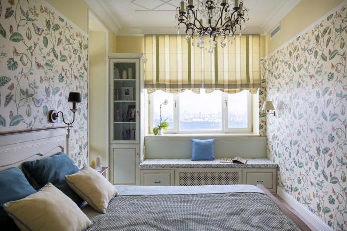шкафчики вокруг окна в интерьере спальни