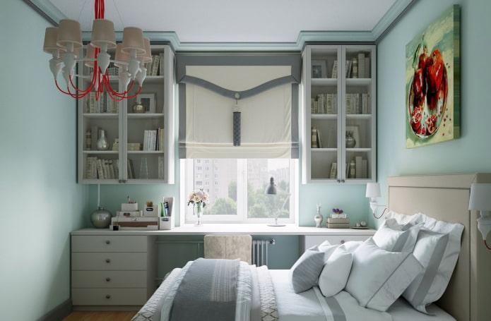 шкафы по обеим сторонам окна в интерьере