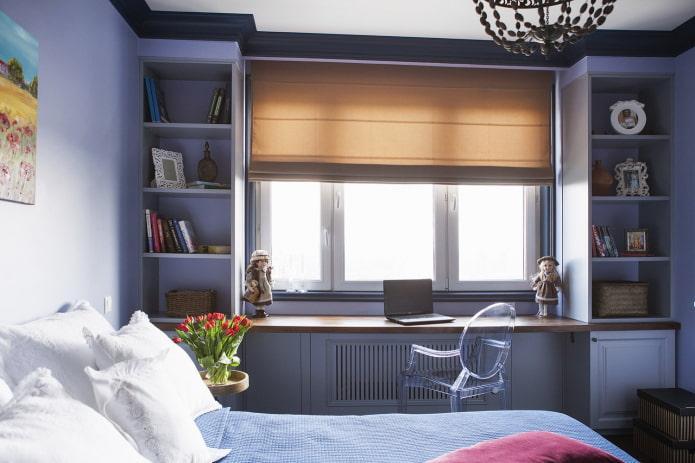 шкаф с открытыми полками вокруг окна в интерьере