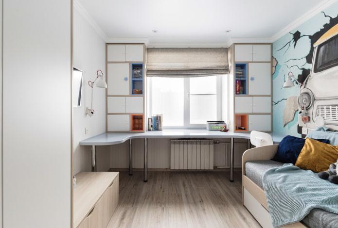 шкаф со столом вокруг окна в интерьере