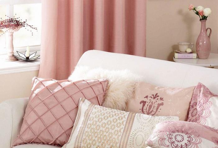 Шторы приглушенного розового цвета в гостиной